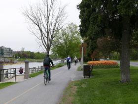 「オタワ」周遊バスと自転車で首都ならではの見どころ巡り