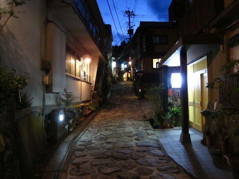 300年前の石畳が続く風情ある湯平温泉。共同浴場の温泉めぐりも楽しみましょう
