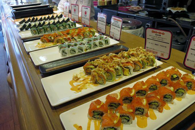 寿司カウンターに並ぶ創作ロール寿司