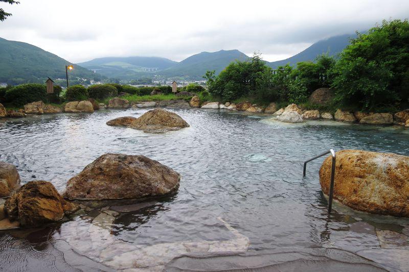 大分県由布院温泉「山のホテル夢想園」由布岳を望む絶景露天風呂