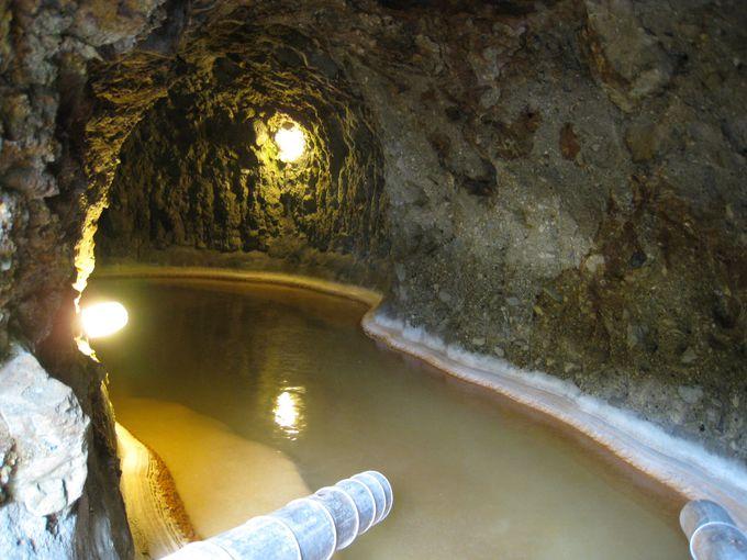 手掘りの大洞窟風呂は圧巻!