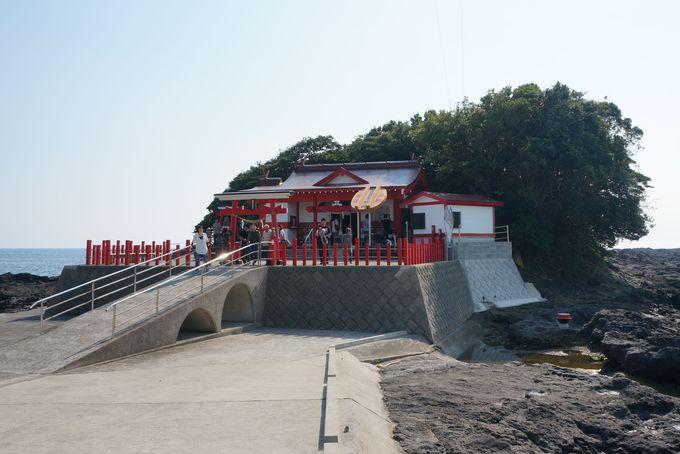 眺めの良い入江に建つ 釜蓋神社