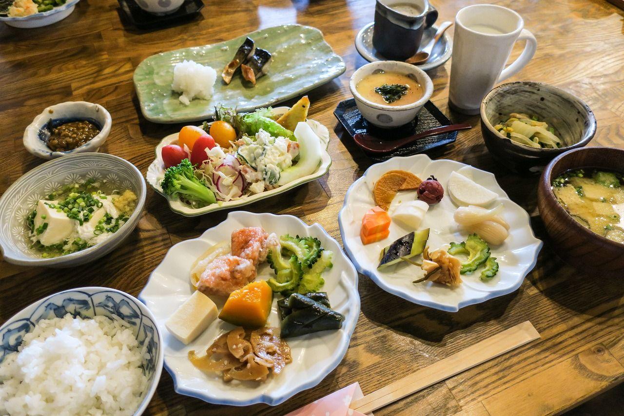 もてなしの大皿料理が並ぶ朝食も魅力!