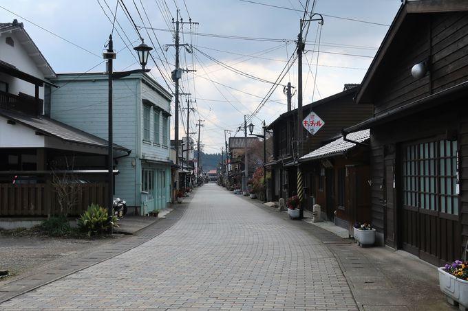 趣のある商家や町家が建ち並ぶレンガ通り