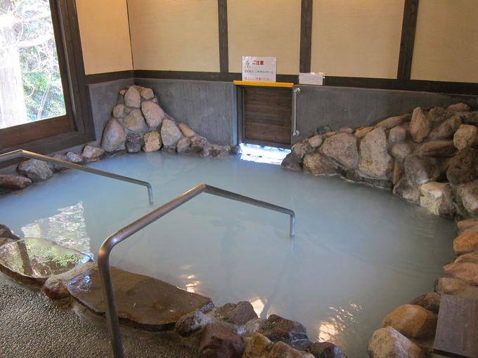 森の岩風呂は硫黄の香りたっぷり