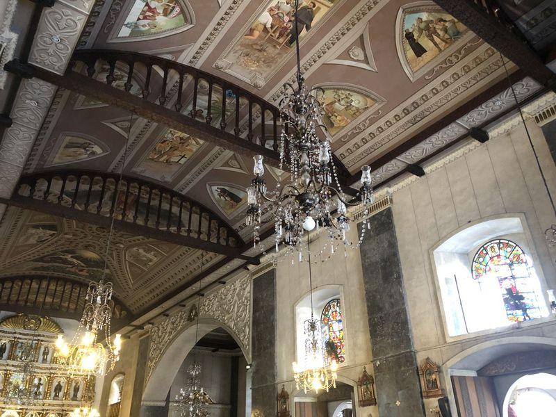 大聖堂は厳粛な空気。綺麗なシャンデリアを見よう