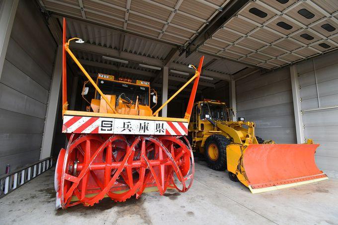 空港ならではの除雪車両や管制塔の内部にも入れる