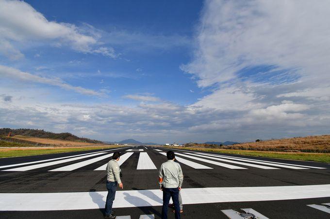 滑走路の上に立つ貴重な体験、飛行機の格納庫も見学