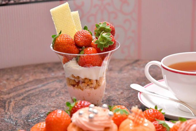 苺バトラーが常駐、苺が盛りだくさんの豪華なパフェも登場