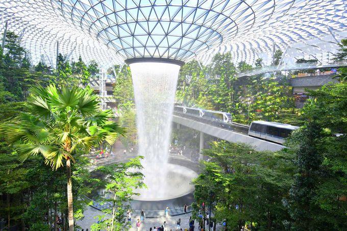 空港施設と思えないほど迫力ある「滝」がシンボル