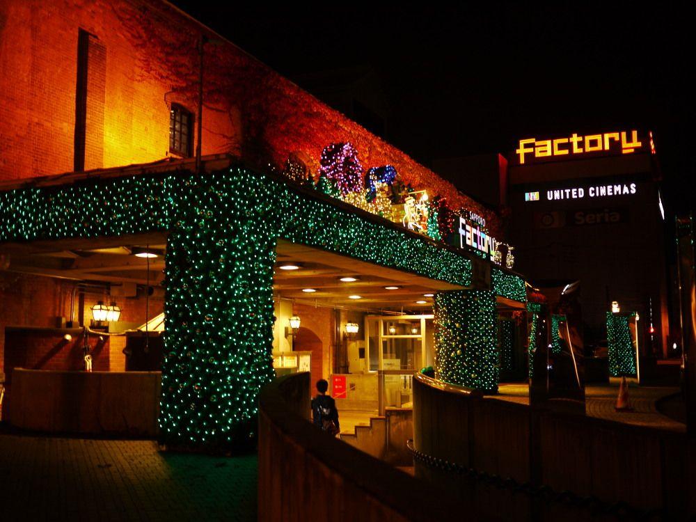日本のビール発祥地レンガ館の冬の輝きはクリスマス色