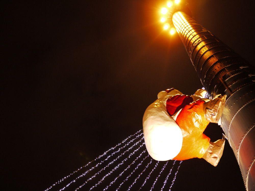 サッポロファクトリークリスマス名物!煙突とサンタクロース