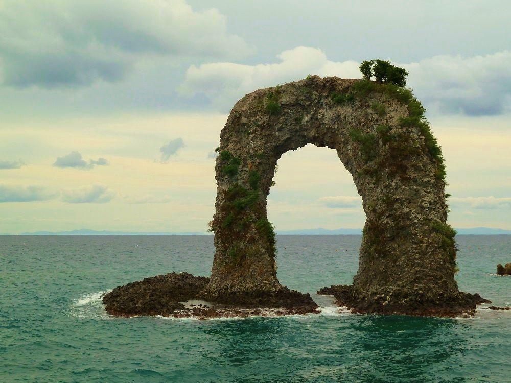 奥尻島のシンボル「なべつる岩(鍋釣岩)」