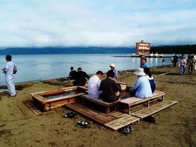 砂を掘ってMY露天風呂を作ろう!北海道・屈斜路湖の砂湯