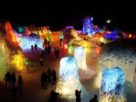 七色に輝く湖水のオブジェ、夜の「千歳・支笏湖氷濤まつり」へ行こう!