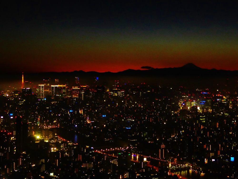「東京スカイツリー」から眺める光と闇の交差時間