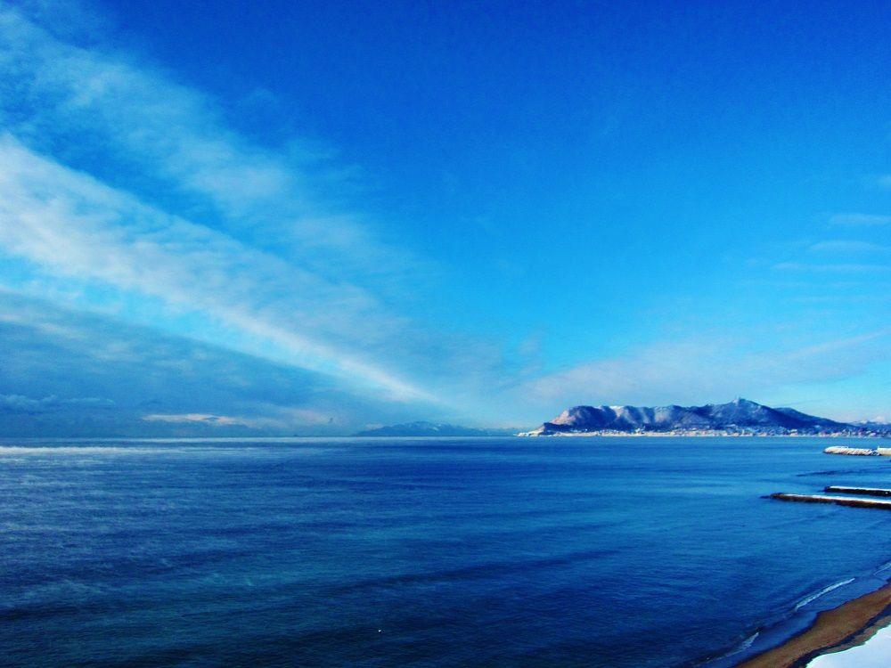 霧の白銀世界!函館沿岸で宙に舞う蒸気霧「気嵐」(北海道)
