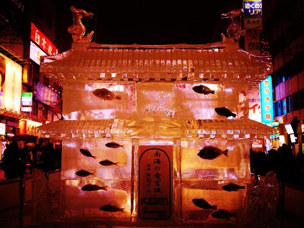 魚も泳ぐ!「すすきのアイスワールド」の氷像