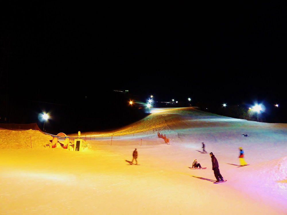 夜は極彩色に染められた雪原にシュプールを描け!