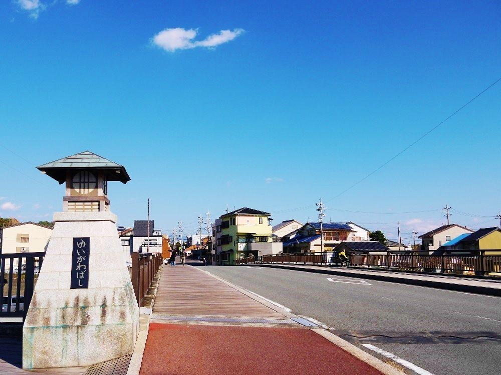 旧東海道に架かる「由比川橋」から現在の景色を眺める