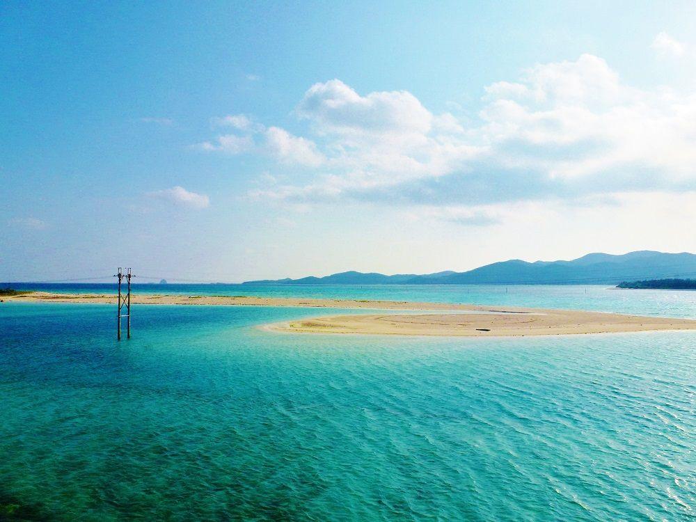 久米島と奥武島を繋ぐ海中道路から見えるのはエメラルドグリーンの海!
