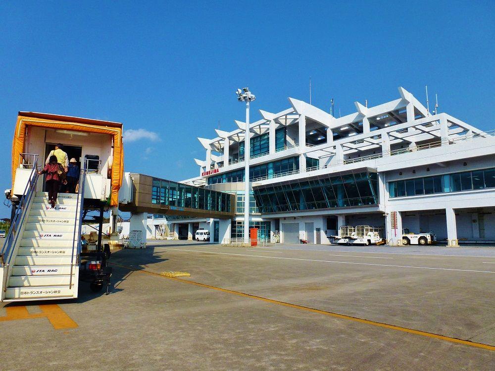 プロペラ機での旅は久米島空港内を歩いて移動できる!