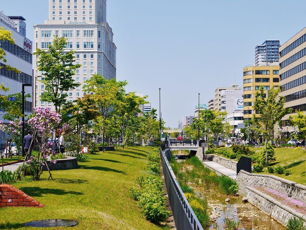 江戸時代からの歴史がある「創成川公園」で楽しむ川のせせらぎ