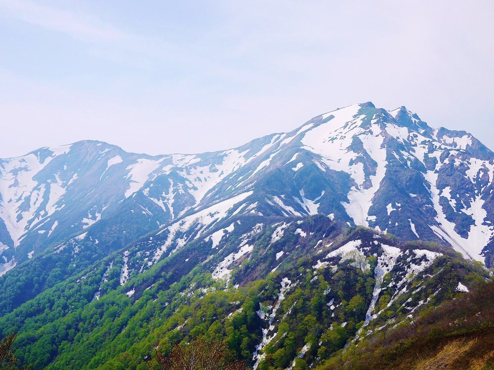 山頂が2つに分かれている「谷川岳」