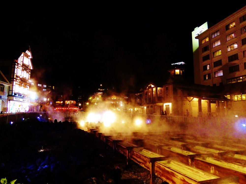 ライトアップされた草津温泉のシンボル「湯畑」を見に行こう!