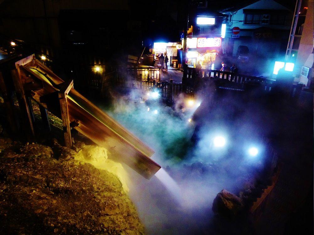 「湯畑」ライトアップ!草津温泉の名湯が流れ落ちる湯滝は神秘的
