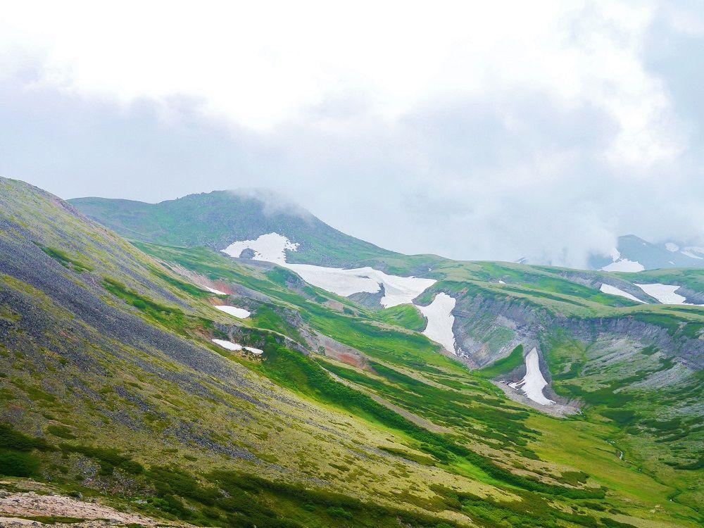 山々と雪渓の絶景!大雪山「赤岳」山頂