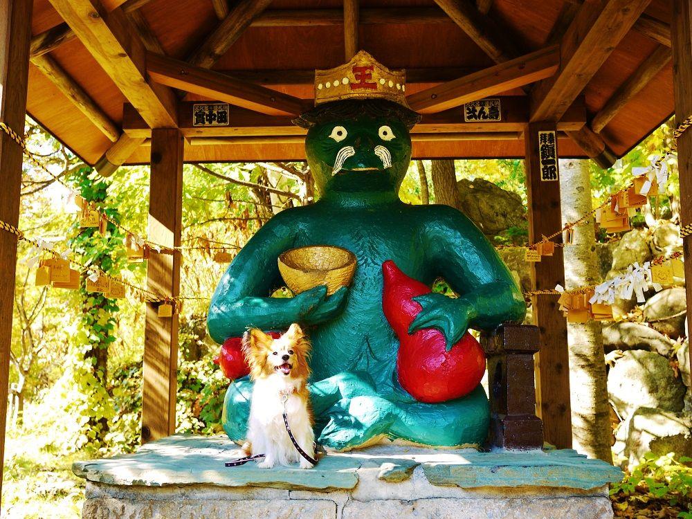 「定山渓散策路・二見公園」のシンボル「かっぱ大王」前で記念撮影!
