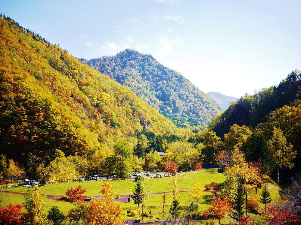 「定山渓ダム下流園地」から眺める定山渓の紅葉