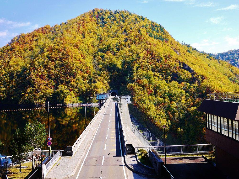 「定山渓ダム」の上を走る秋色「定山渓レイクライン」