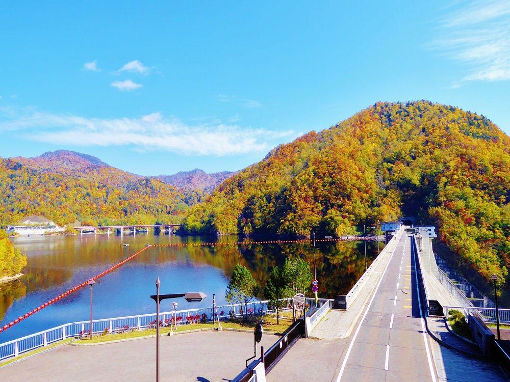 紅葉の「定山渓ダム」から望む絶景の「さっぽろ湖」