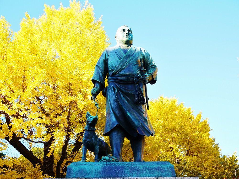 「上野恩賜公園」のシンボル黄金に輝く西郷隆盛像と一緒に記念撮影を