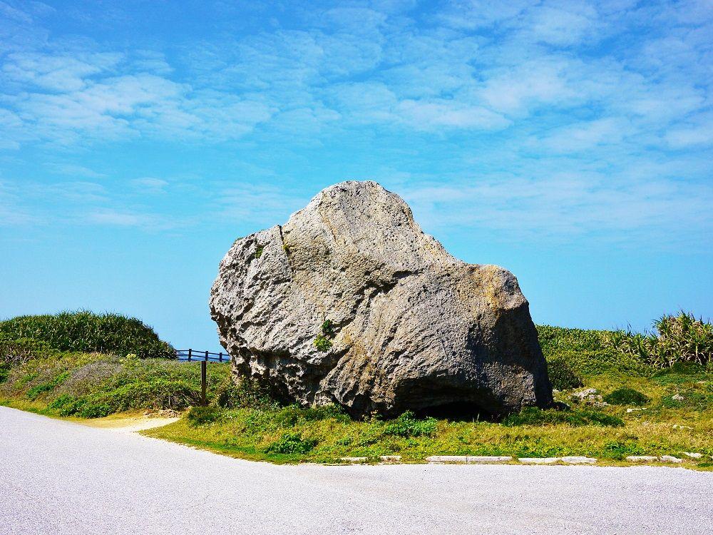 「東平安名崎」の遊歩道から見える巨大な岩塊