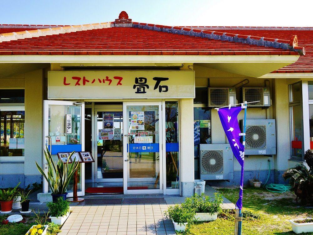 「奥武島の畳石」が見えるレストランで久米島名物を