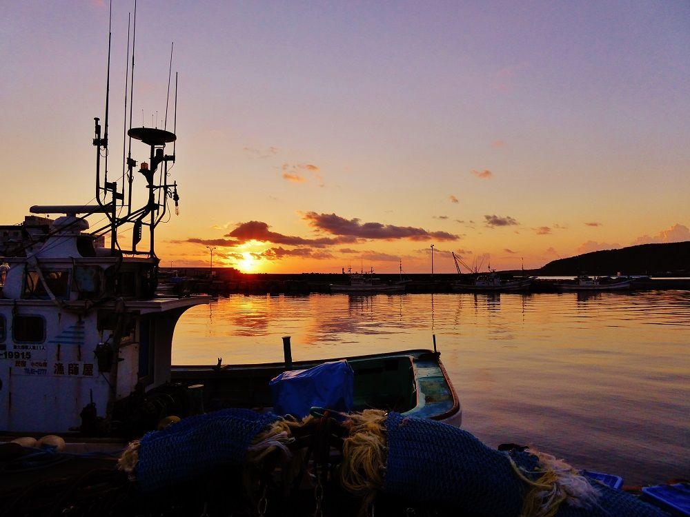 オレンジ色の鴛泊港を早朝散歩