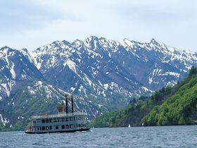 感動の絶景!雪渓と新緑が美しい初夏の新潟「奥只見湖遊覧船」