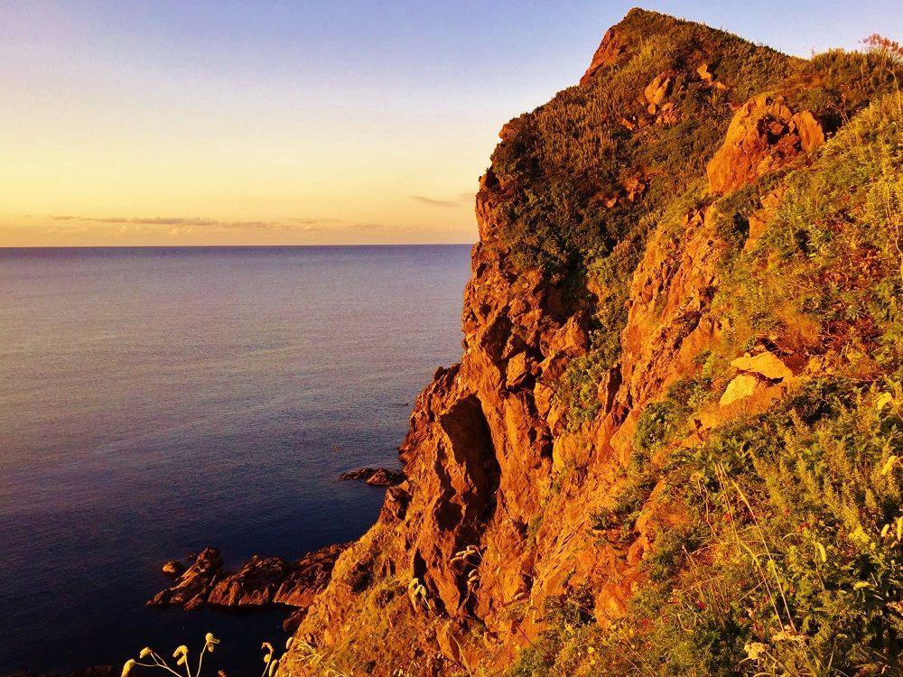 海から望む「夕日ヶ丘展望台」は、断崖絶壁と海鳥たちの楽園