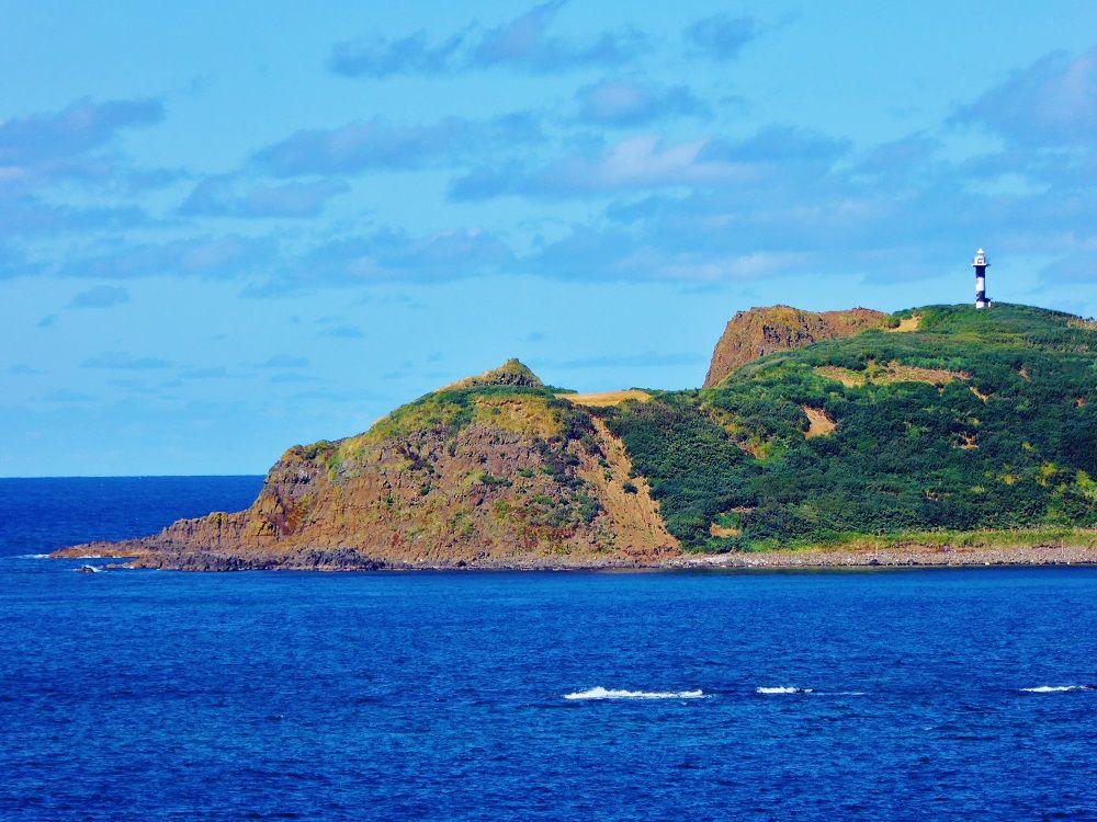 目の前には灯台のある無人島「トド島」の姿