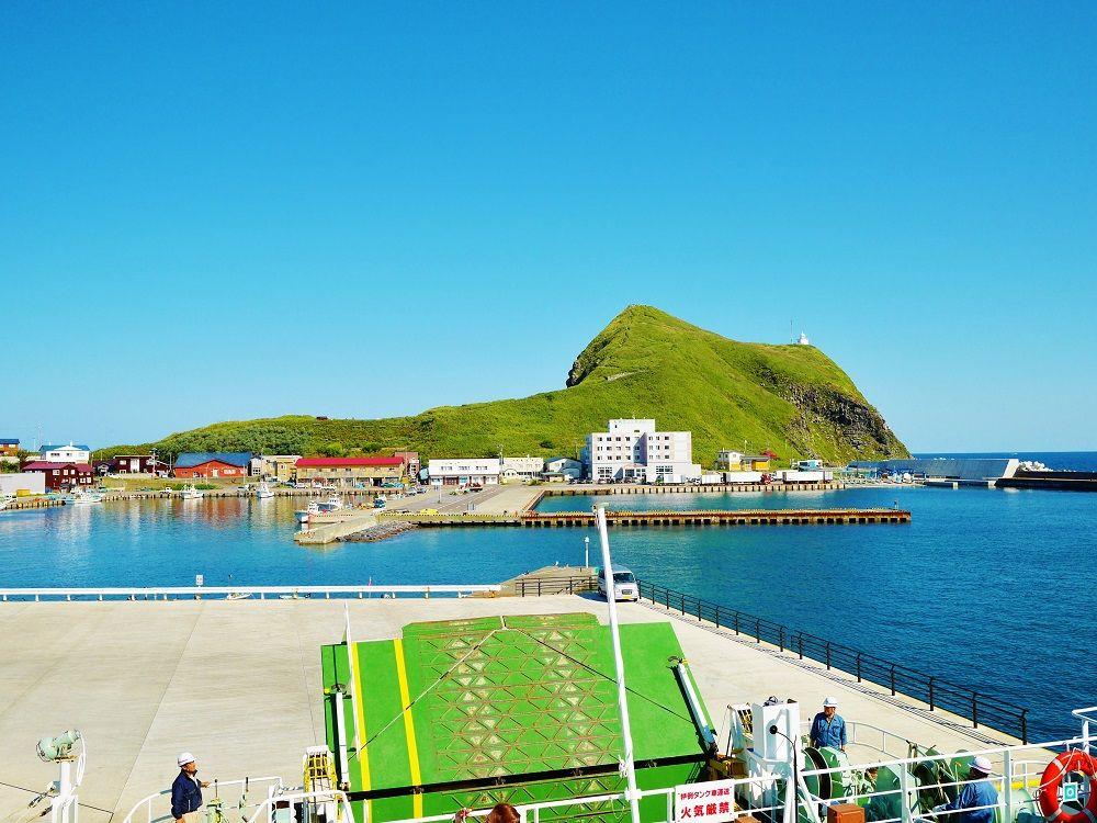 """利尻島の玄関口""""鴛泊港""""から望む美しい「ペシ岬」"""