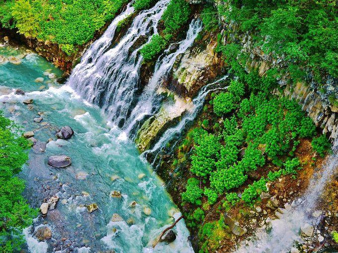 白く長い髭のように繊細で美しい滝とコバルトブルーの川