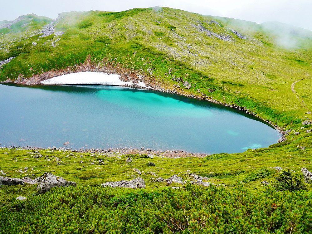 万年雪の雪渓や神秘的な湖沼、道中に広がる数々の絶景!