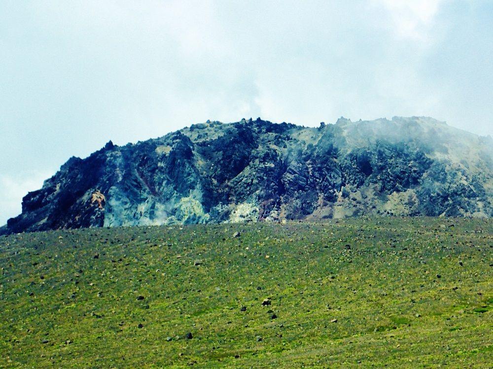 山頂に待つ溶岩ドームの絶景!