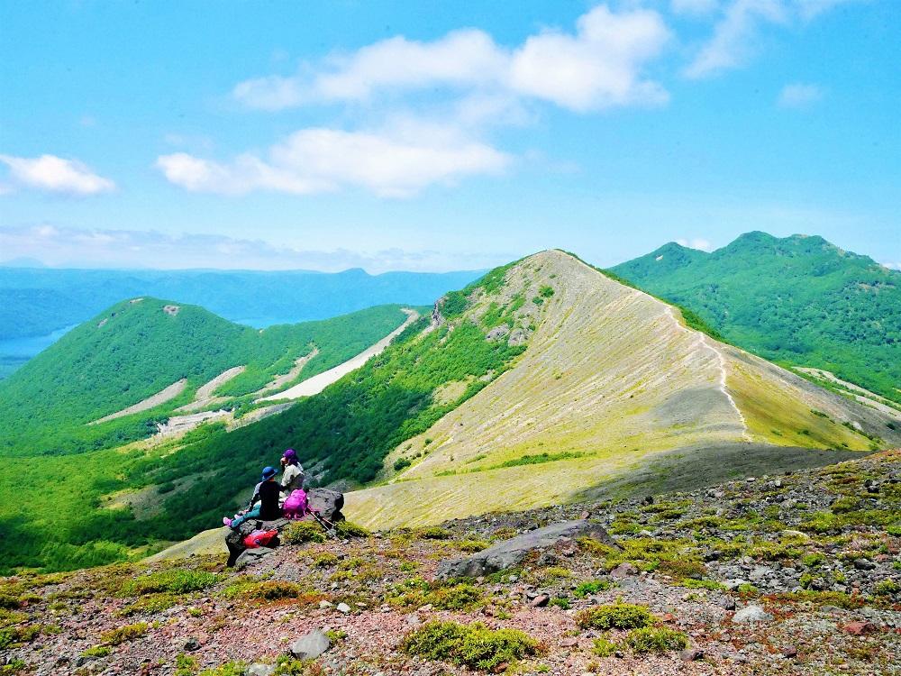 稜線から草原へ変化する風景