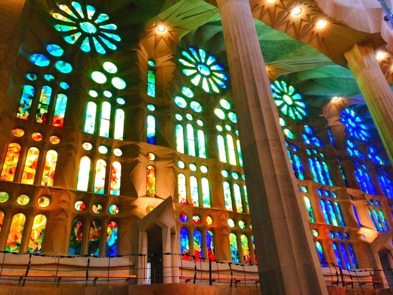 3.外観からは想像できないほど鮮やかな聖堂内部