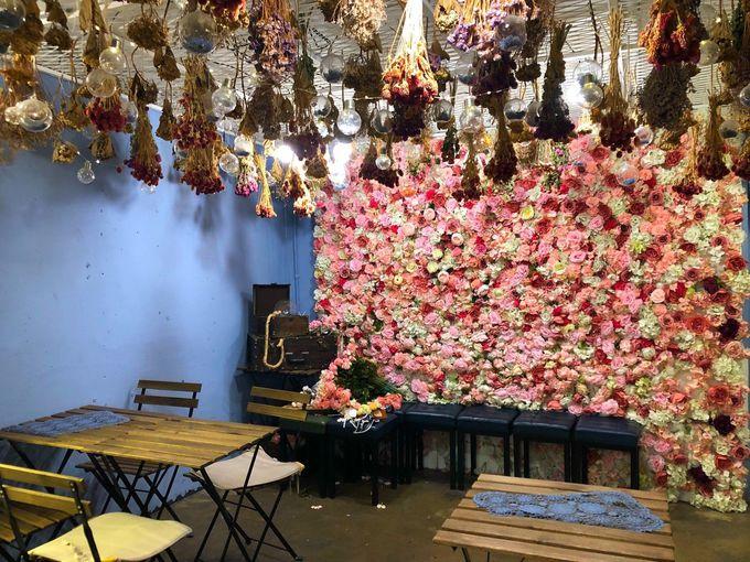バラで埋め尽くされた壁がフォトスポット!4階ブルーフロア
