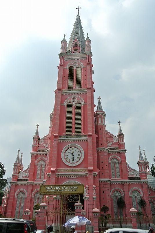 鮮やかなピンクが写真映え!「タンディン教会」